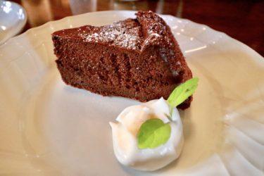 【ホンキートンク】美味しい珈琲をレトロな雰囲気で味わえる、居心地のいい喫茶店の絶品チョコレートケーキがしっとり濃厚で美味しかった。