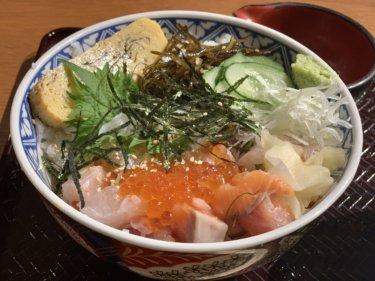 【おさかな割烹 鮮神丸】エブリイ岡山津高店のフードコートで海鮮丼や焼肉弁当がテイクアウトできるよ!