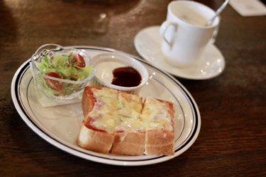 【ぼんじょる】ステンドグラスに囲まれて優雅にモーニング♪チーズたっぷりのトーストとドリンクで幸せ気分に。